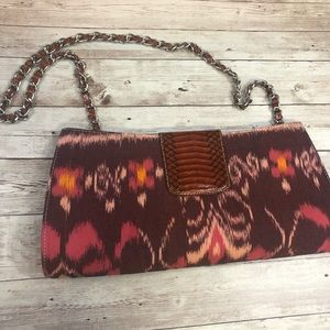 Gorgeous clutch with hide-away chain 😍